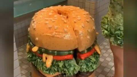 Bộ đồ Hamburger của Katy tại Met Gala
