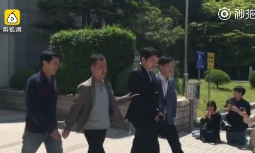Choi Jong Hoon bị đưa tới trại giam