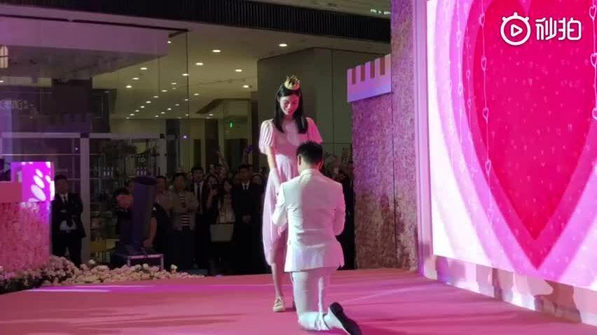 Hà Du Quân cầu hôn Hề Mộng Dao