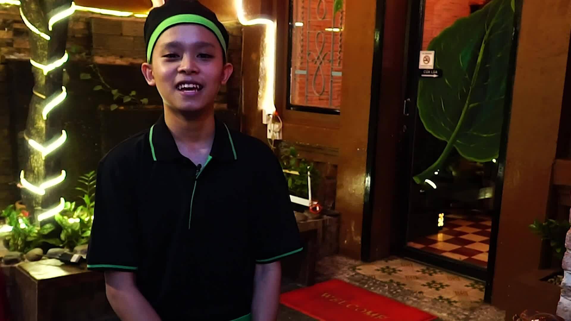Hồ Văn Cường vừa đi học, vừa phụ giúp mẹ nuôi Phi Nhung bán quán chay