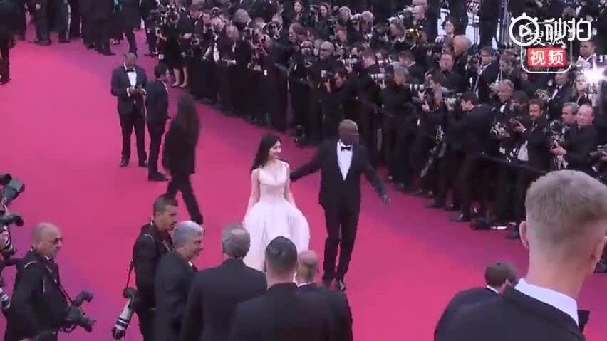 Cảnh Điềm bị nhắc nhở trên thảm đỏ Cannes