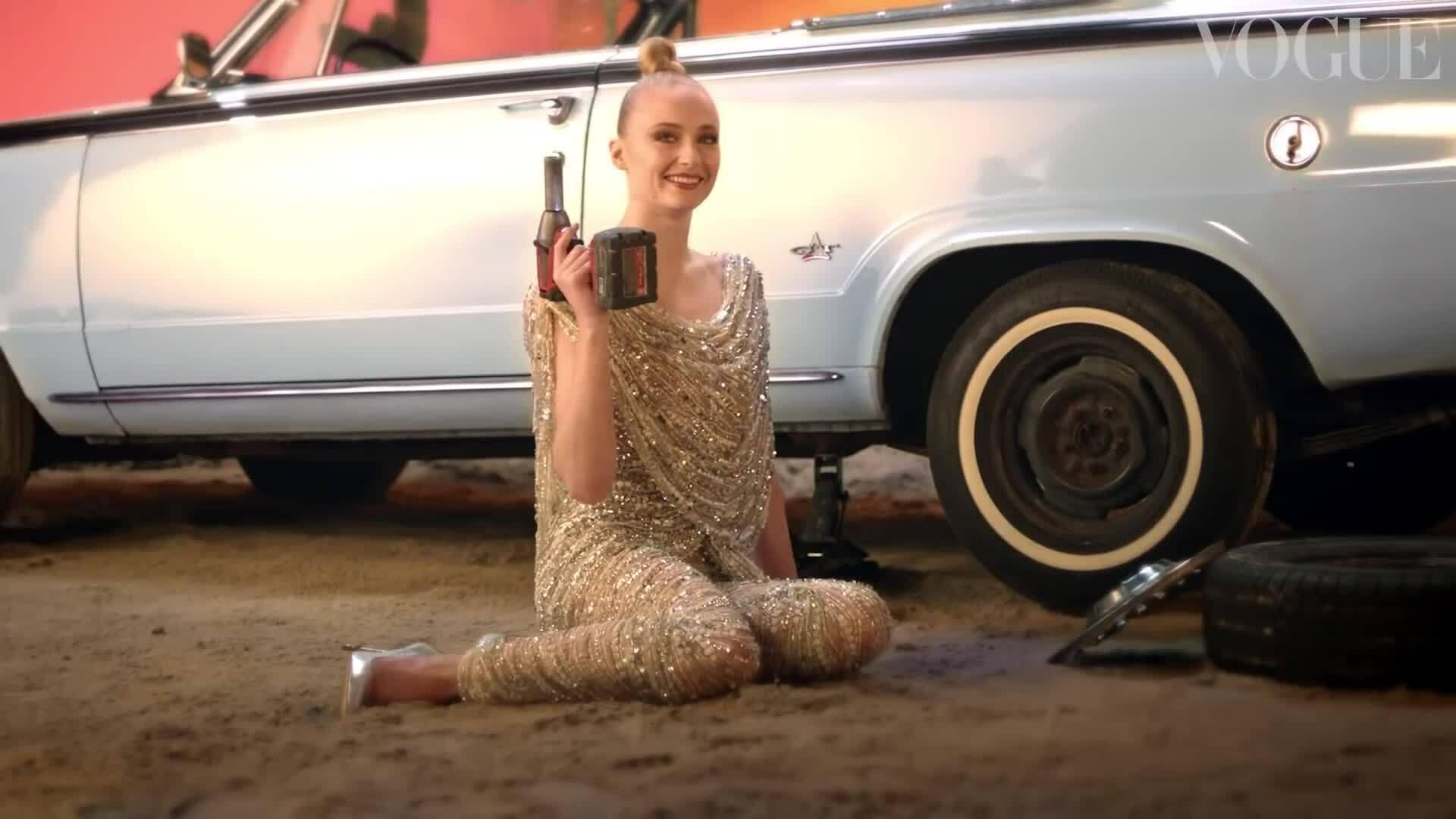 Sophie Turner diện váy Công Trí ghi hình cho Vogue