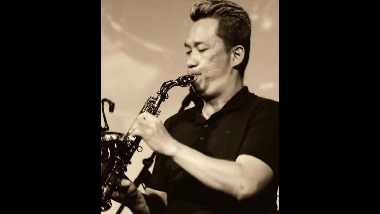 Saxophone Xuân Hiếu thổi 'Tình lỡ'