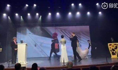 Huỳnh Hiểu Minh nâng váy cho vợ