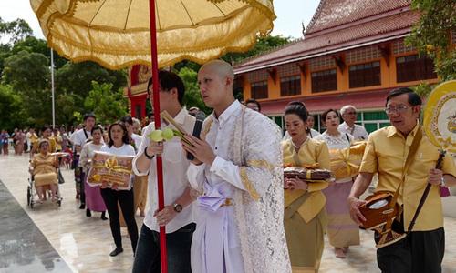 Tor Thanapob Thái Lan đi tu báo hiếu cha mẹ