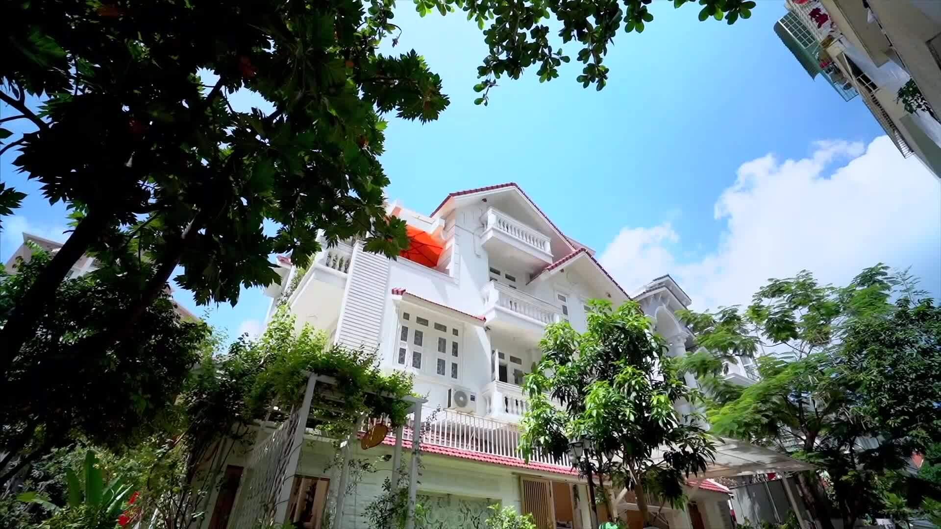 Biệt thự bốn tầng, rộng 1.400 m2 của vợ chồng Vy Oanh