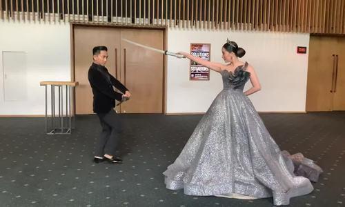 Khánh Thi, Phan Hiển đấu kiếm