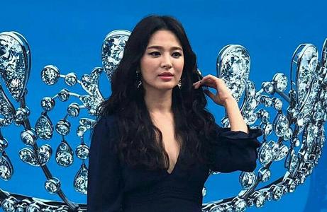 Song Hye Kyo váy xẻ ngực ở Monaco