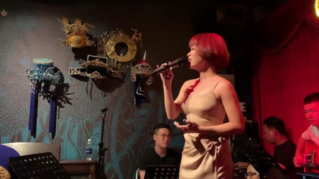 Uyên Linh hát 'Lại gần hôn em' (nhạc Pháp, lời Việt: Phạm Duy)