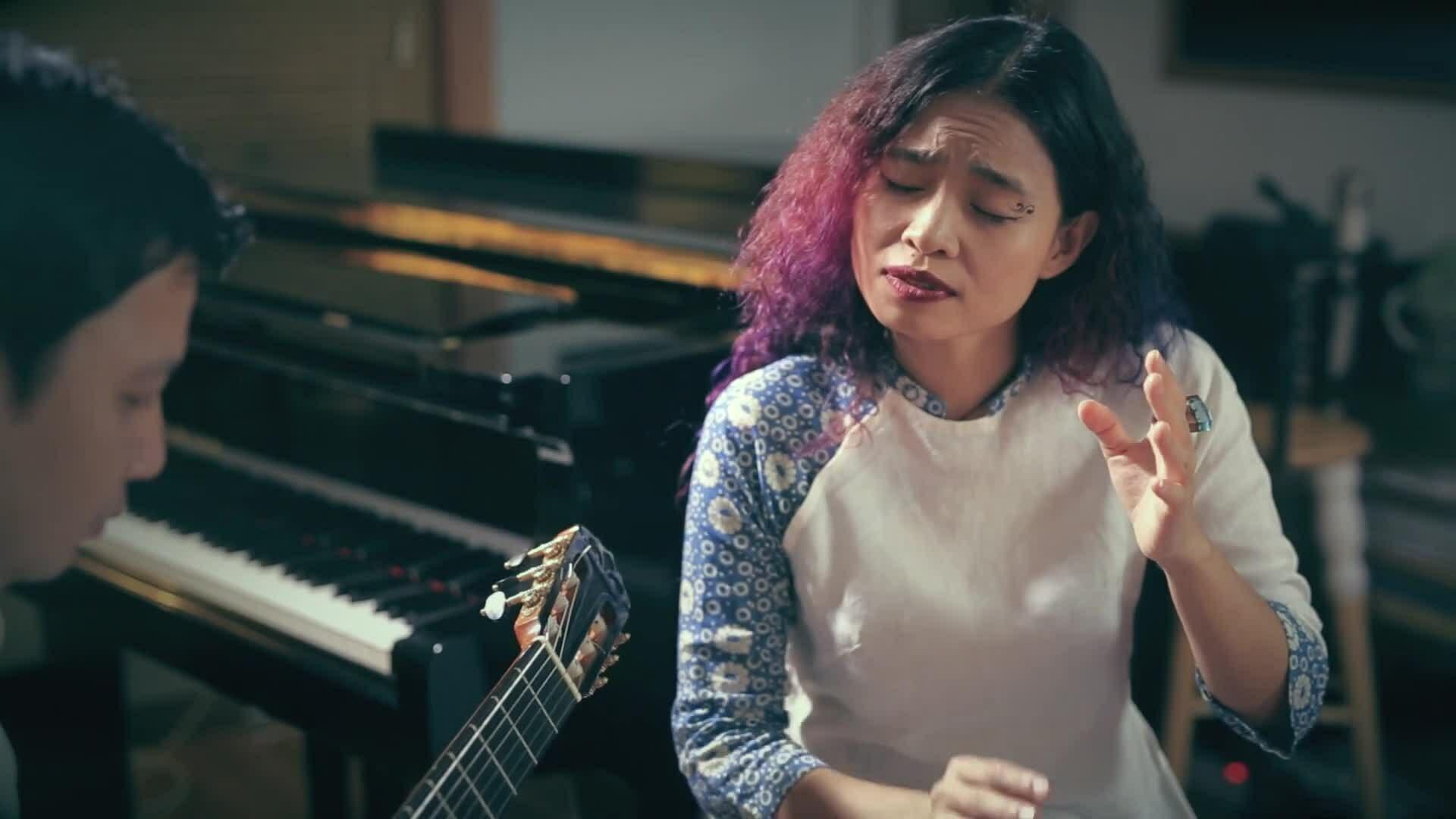 Đồng Lan hát 'Cho con ôm mẹ vào lòng'