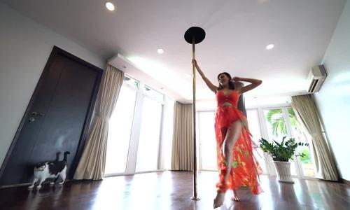 Phương Mai thể hiện kỹ năng múa cột khi mang thai