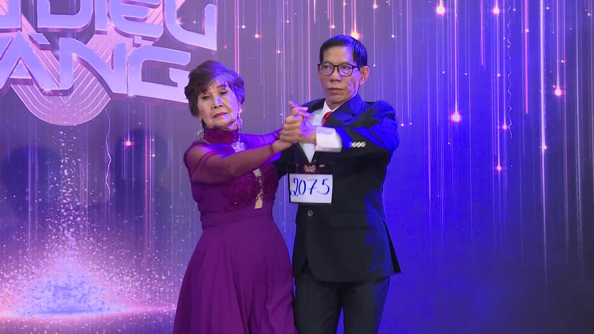 Bà Đặng Lệ Dung khiêu vũ