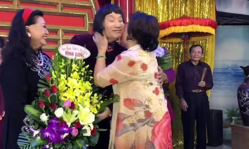 Các nghệ sĩ mừng Minh Vương, Thanh Tuấn đạt Nghệ sĩ Nhân dân cho vợ