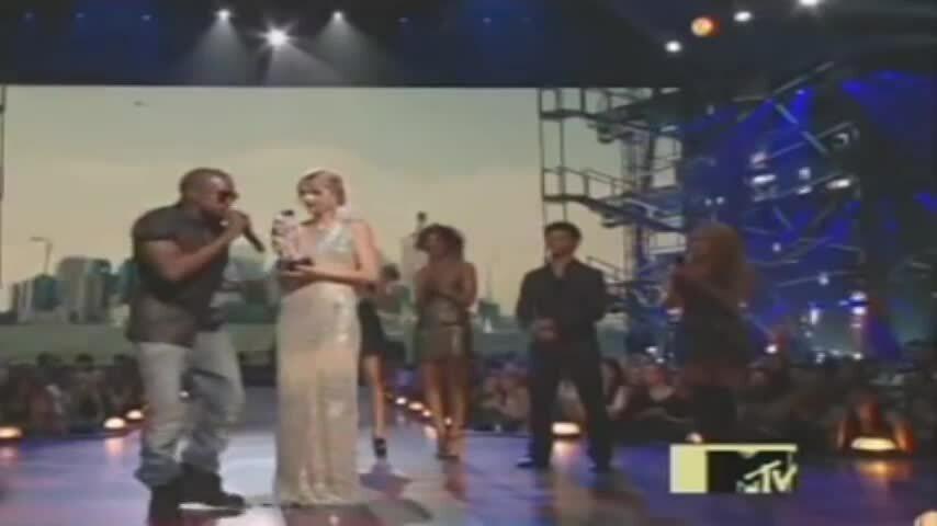 Kanye West giật mic của Taylor Swift trên sân khấu VMA 2009