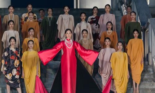Mai Phương Thúy catwalk với áo dài quét đất