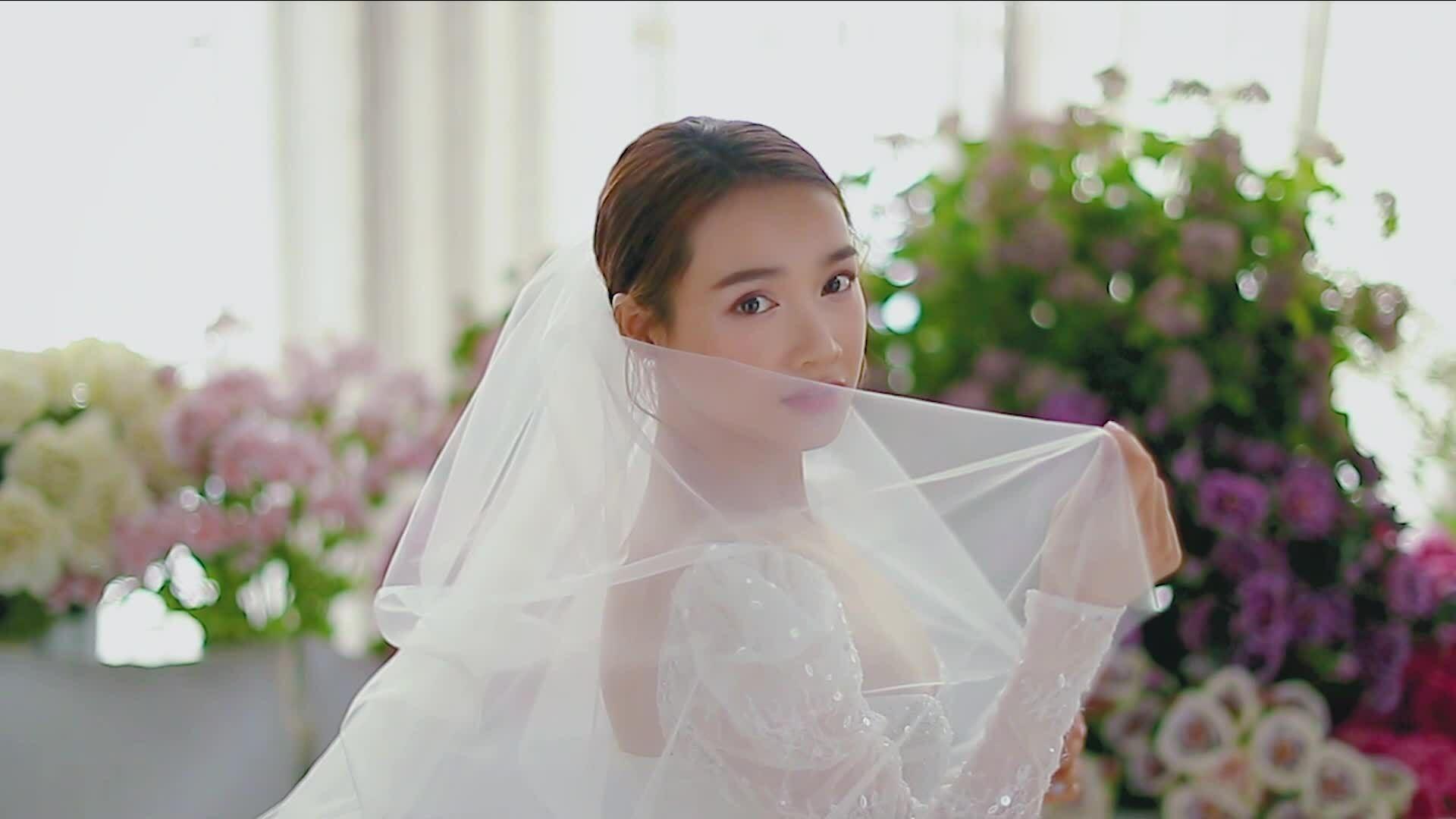 Nhã Phương diện váy cưới