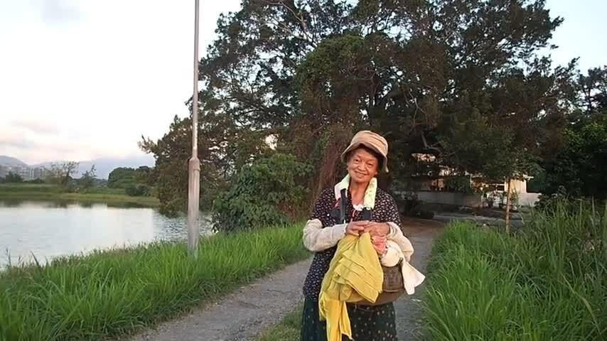 Chị gái Châu Nhuận Phát hát khi đi chụp ảnh