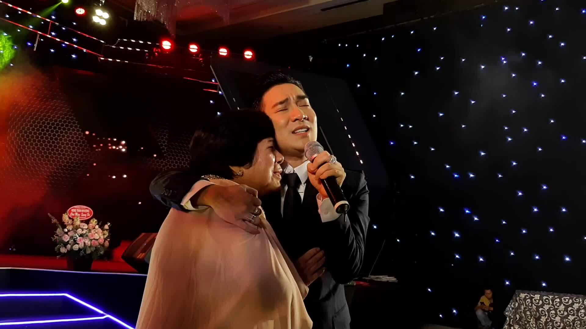 Quang Hà khóc, ôm mẹ hát trên sân khấu
