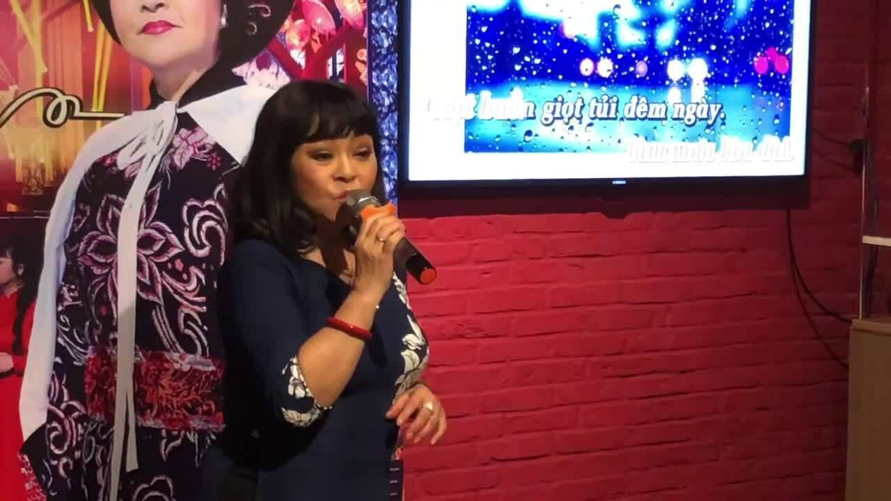 """Hương Lan hát """"Sa mưa giông"""" ở sự kiện"""