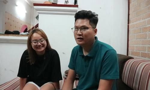 Nhạc sĩ khiếm thị Nguyễn Thanh Bình bên vợ