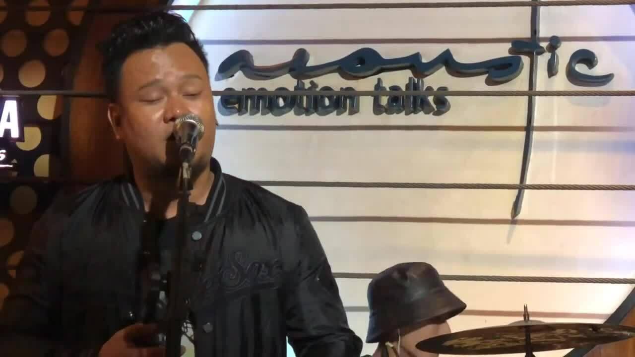 Con trai Y Moan hát 'Đôi chân trần'