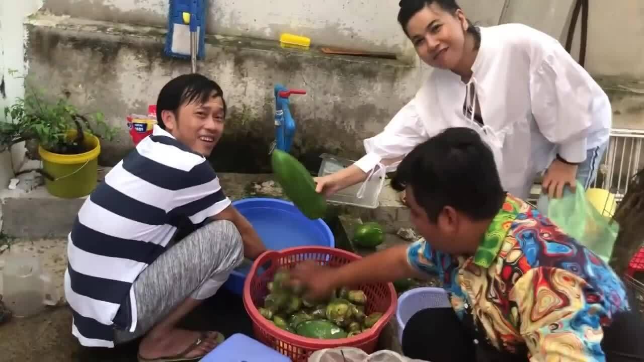 Hoài Linh hái trái cây đãi đàn em ở nhà thờ tổ