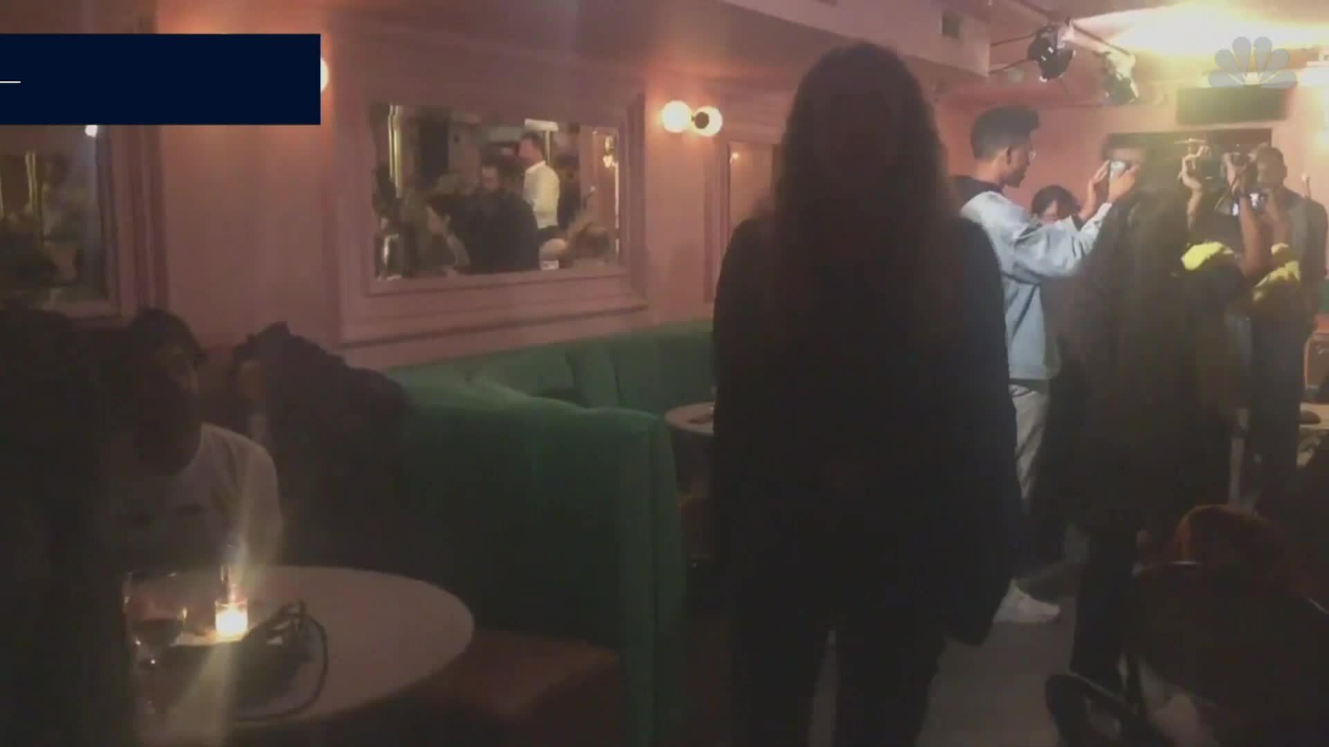 Phụ nữ phản ứng 'ông trùm' quấy rối tình dục ở quán bar