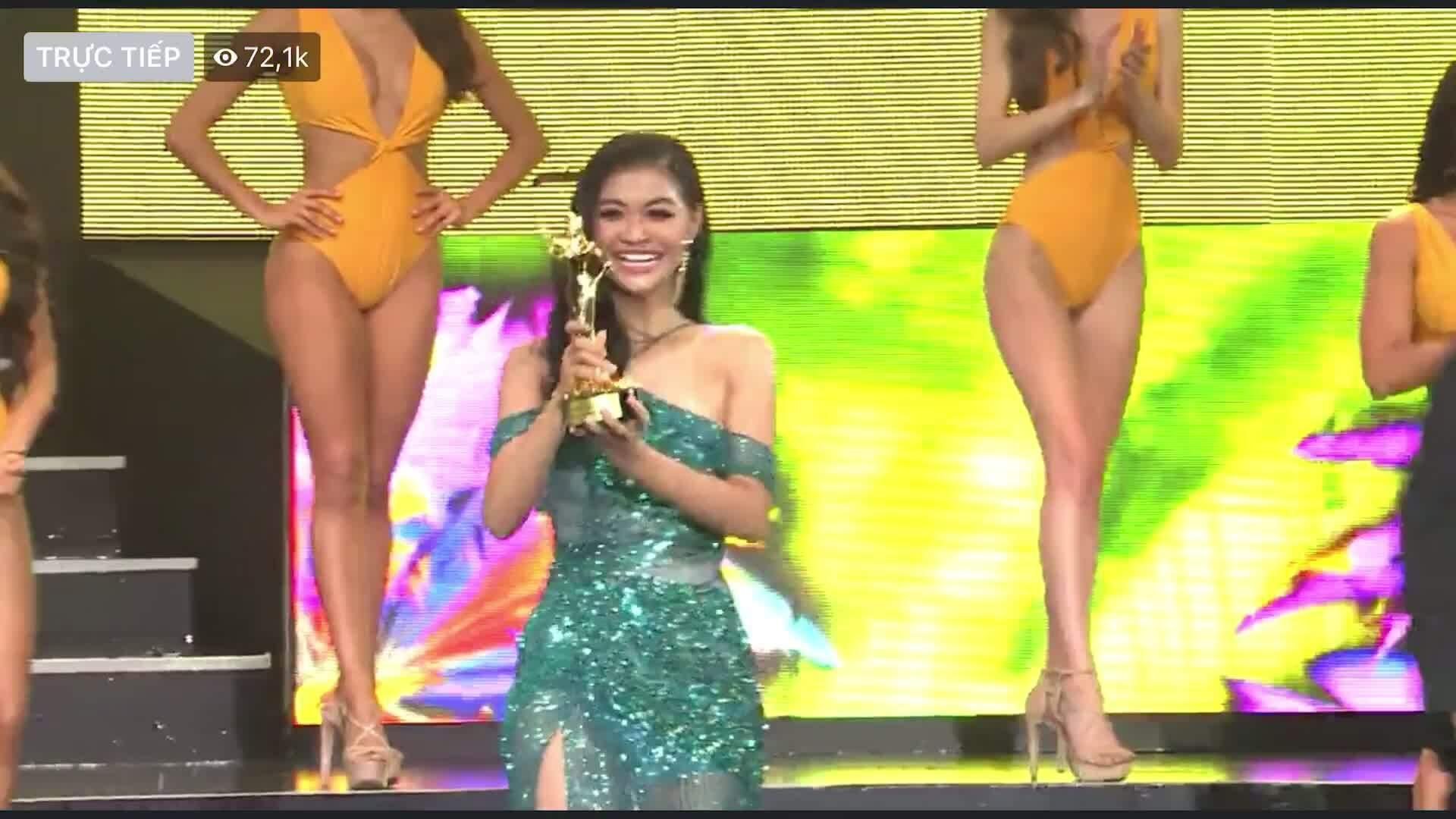 Kiều Loan nhận giải Miss Popular