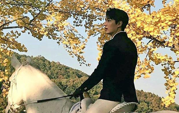 Lee Min Ho cưỡi ngựa trong trời thu
