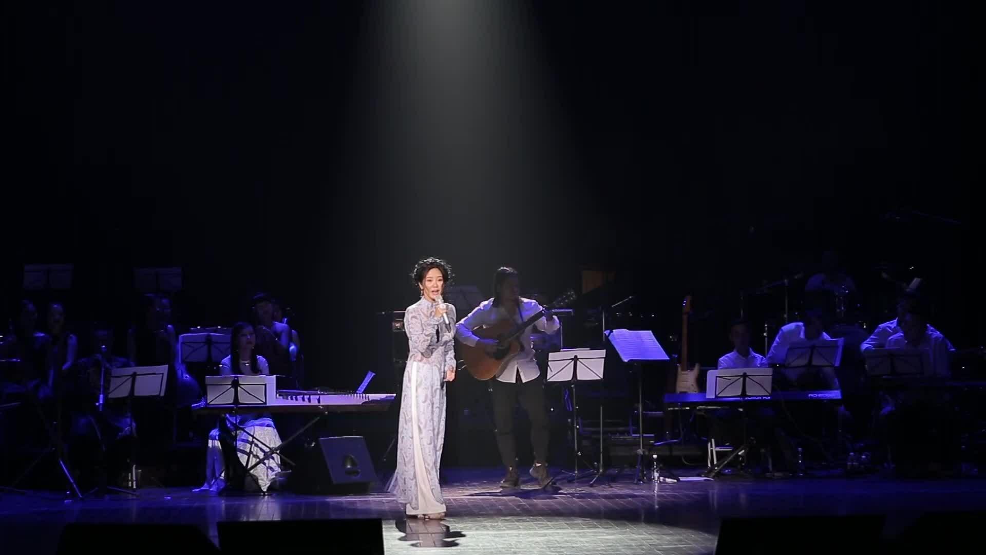 Hồng Nhung hát 'Thư Hà Nội'