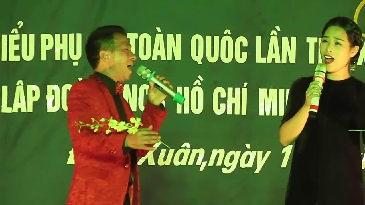 Vợ chồng Việt Hoàn song ca
