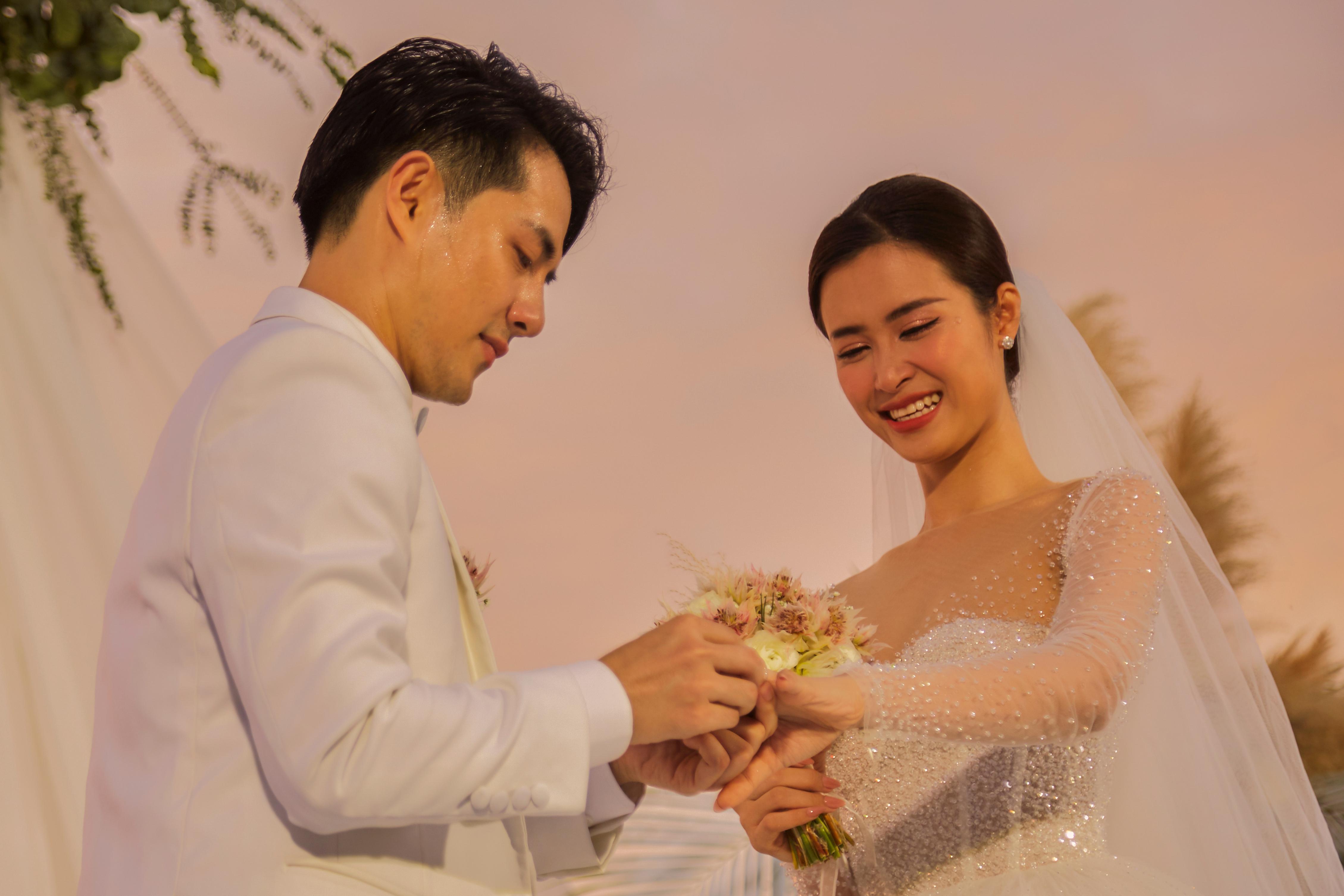 Đông Nhi khóc khi nói về 10 năm yêu Ông Cao Thắng
