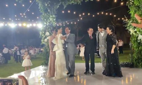 Bố mẹ Đông Nhi khóc trong đám cưới