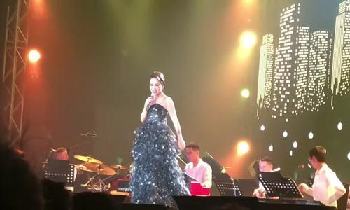 """Uyên Linh hát """"Falling"""""""