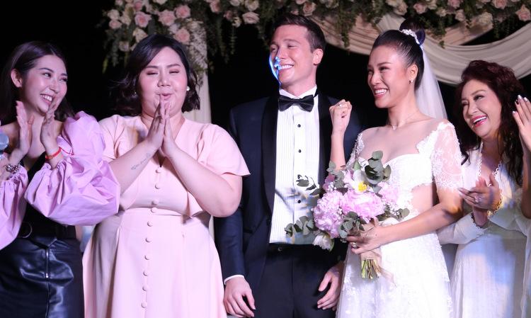 Dàn nghệ sĩ hát mừng đám cưới Hoàng Oanh