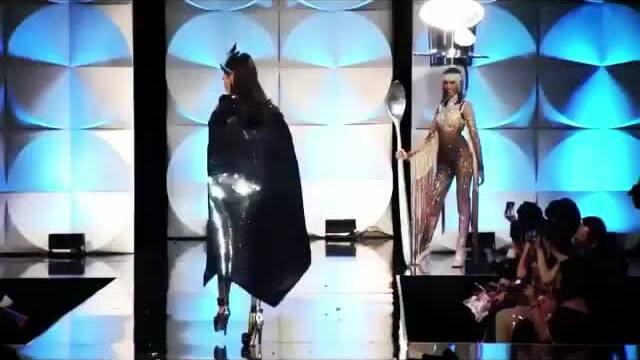 Hoàng Thùy thi trang phục dân tộc Miss Universe
