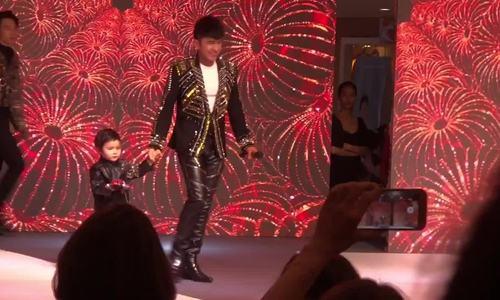 Đan Trường catwalk cùng con trai