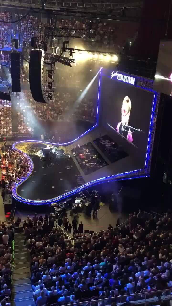 Elton John ủng hộ 1 triệu USA cho Australia
