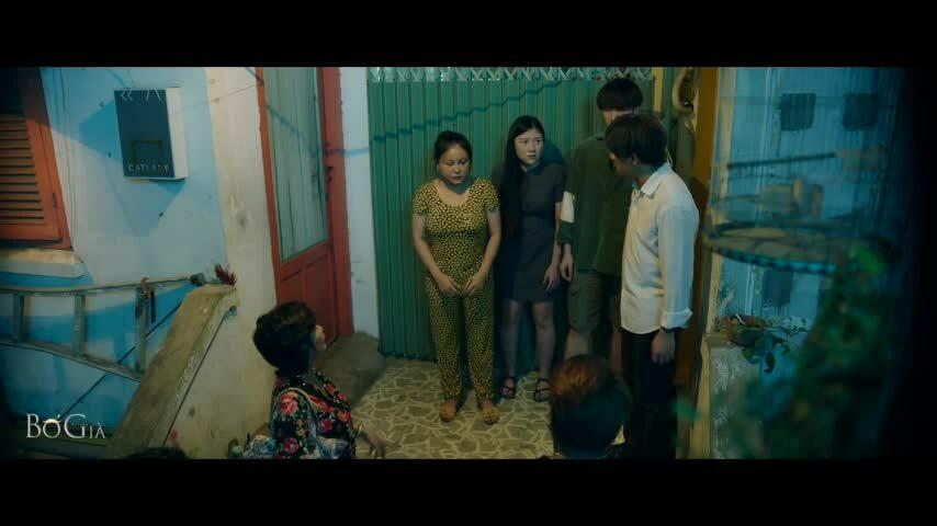 Cảnh ông Thành trả nợ vì vợ chơi đề trong phim