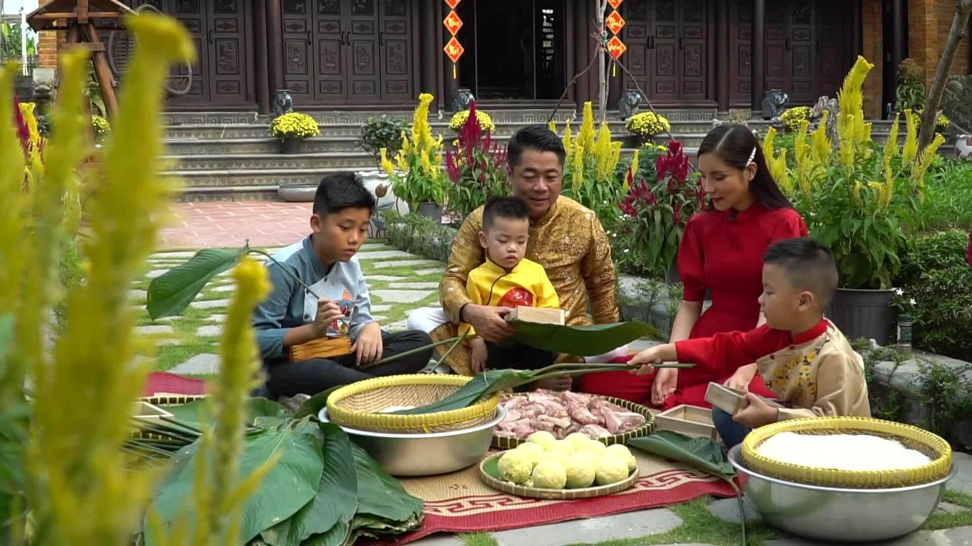 Vợ chồng Kiwi Ngô Mai Trang dạy con gói bánh chưng