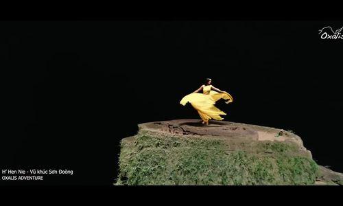 H'Hen Niê tung váy dạ hội ở Sơn Đòong