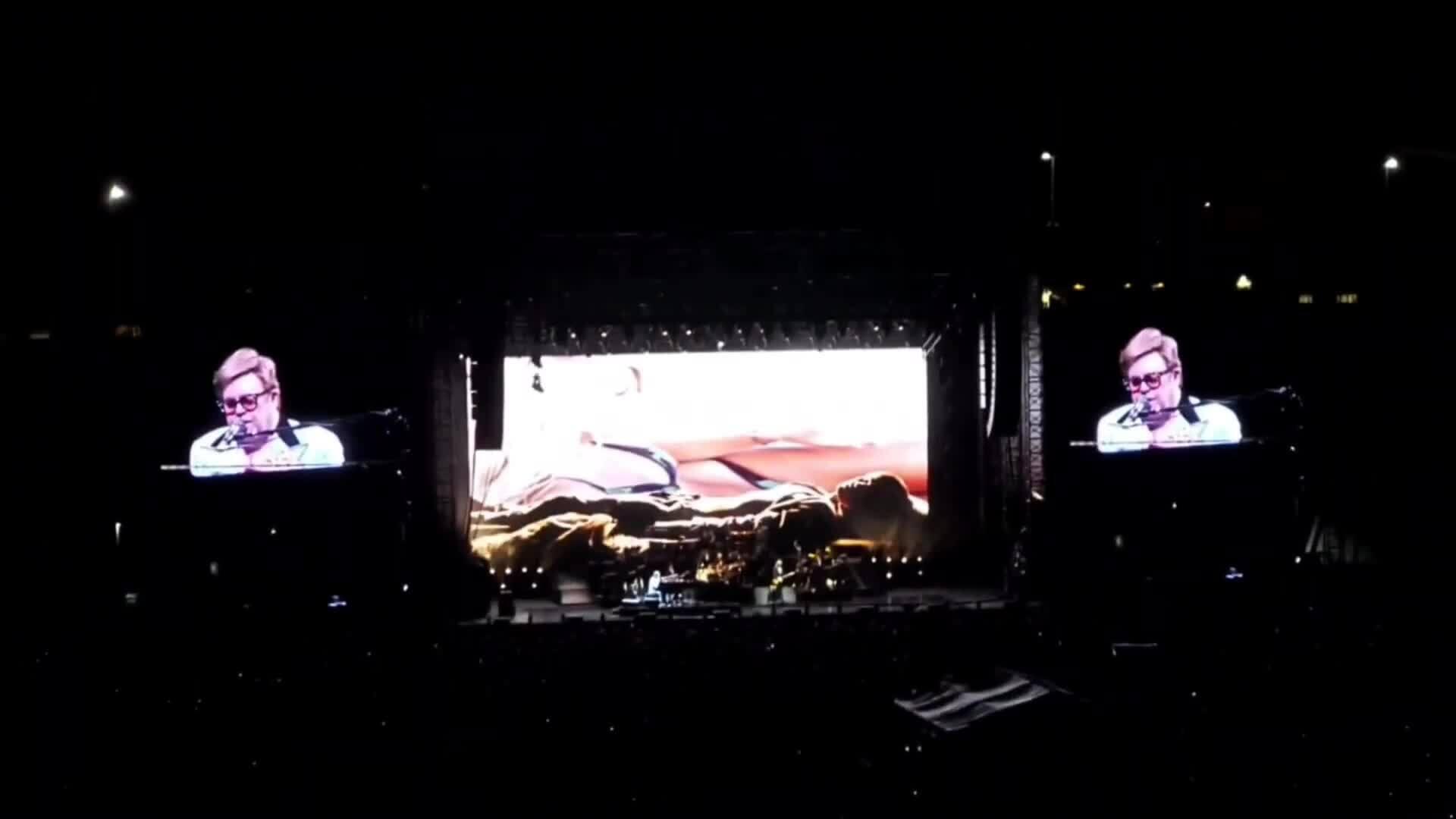 Elton John ngừng hát vì viêm phổi