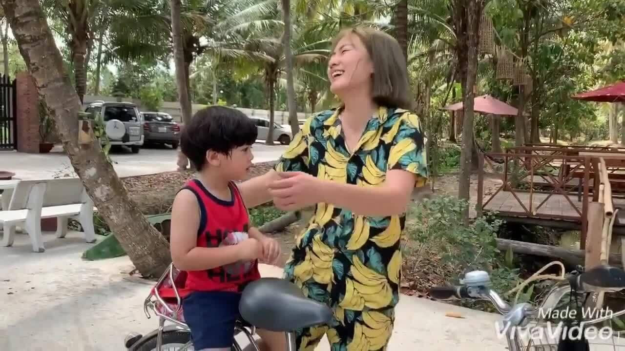 Ngọc Lan đạp xe chở con trai đi chơi ở Bến Tre