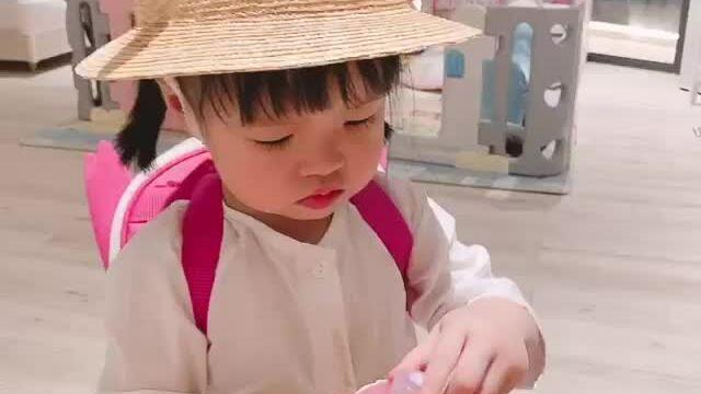Con gái Đặng Thu Thảo rửa tay chống Covid-19