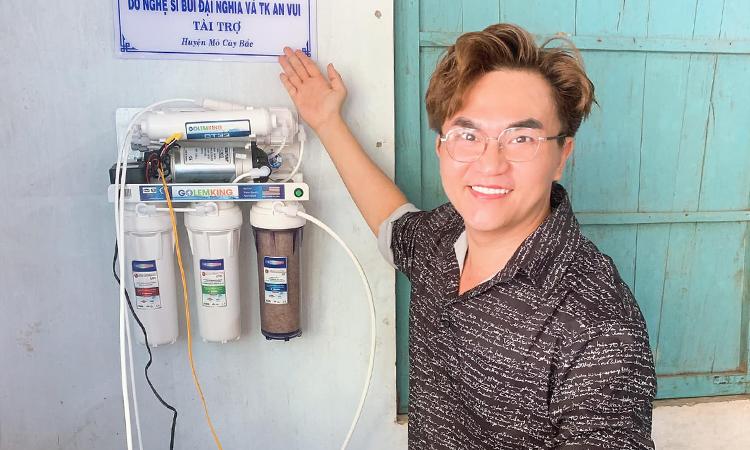 Diễn viên Đại Nghĩa thử nước ngọt sau khi lọc của máy