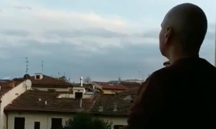 Maurizio Marchini hát trên ban công mùa Covid-19
