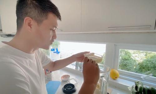 Công Vinh làm nước trái cây đãi vợ con