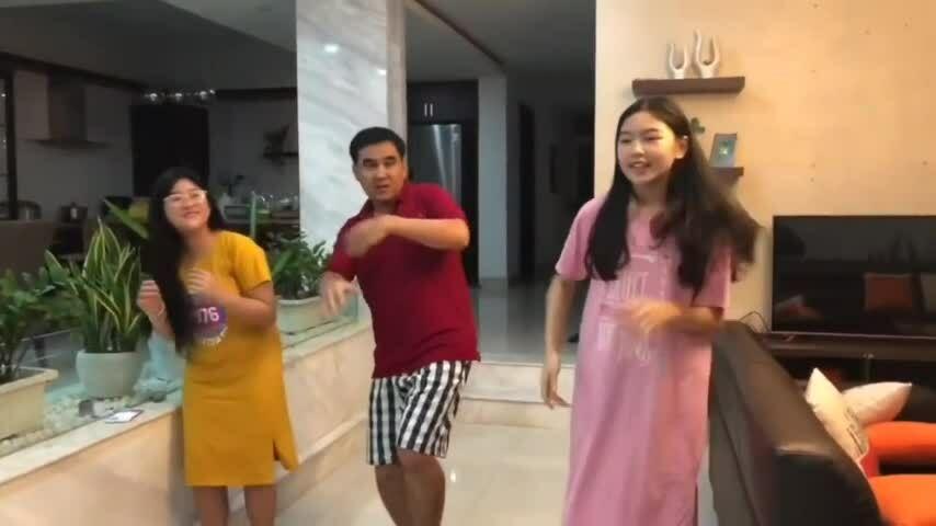 Con gái Quyền Linh dạy cha tập nhảy