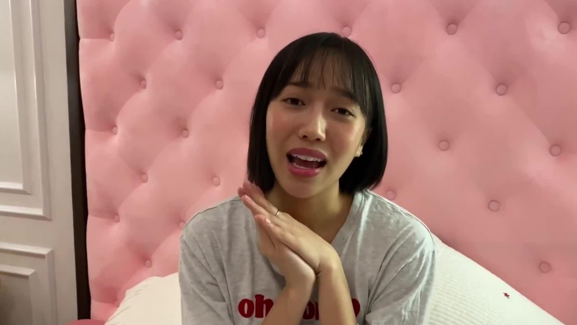 Diệu Nhi hát karaoke, chơi cờ cùng bố mẹ khi ở nhà