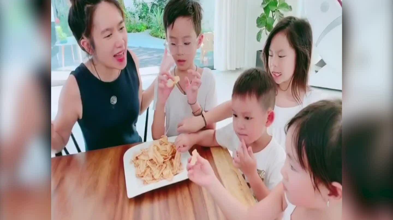 Lý Hải - Minh Hà chăm bốn con thời dịch